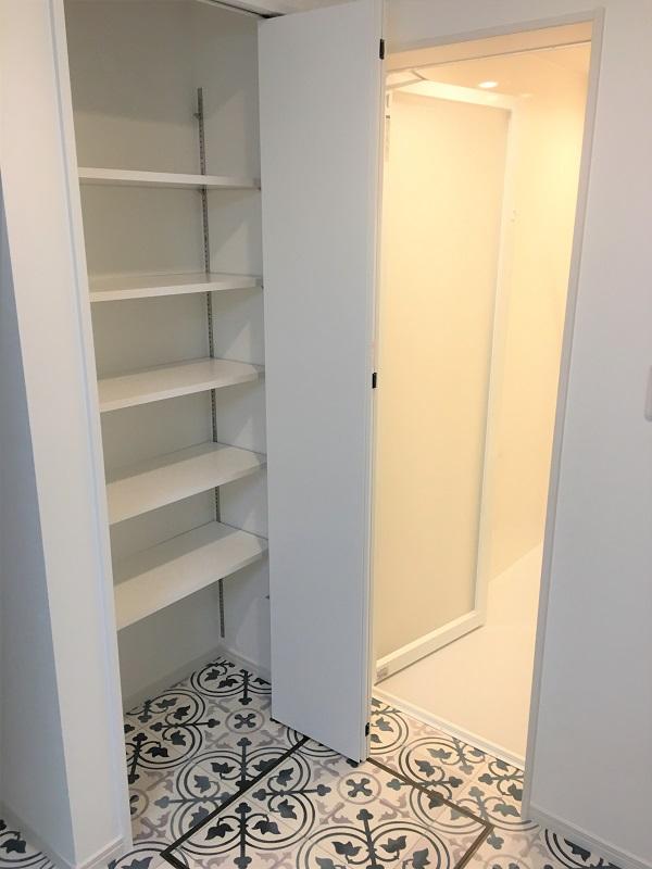 洗面所の棚と床のリフォーム